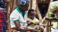 mother and child eating in burkina faso